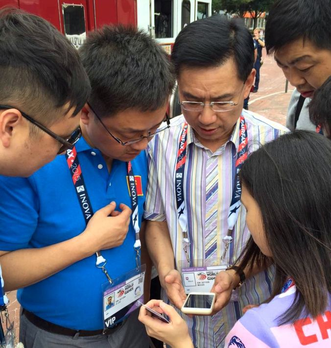 12469656-eric-fang-muuzii-founderchairman-showing-muuzii-to-the-chinese-wpfg-delegation